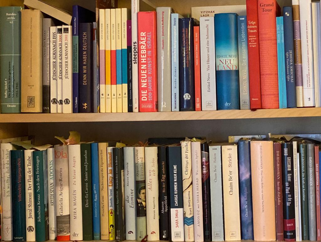 Annes gesammelte Übersetzungswerke in ihrem Regal in Tel Aviv